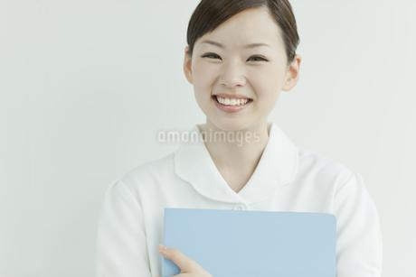 ファイルを持つ笑顔の看護士の写真素材 [FYI01620680]
