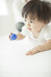 ボールを持ち遊ぶ赤ちゃんの写真素材 [FYI01620710]
