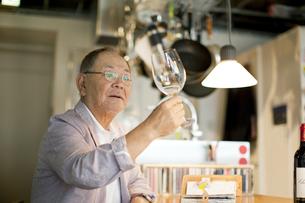 ワイングラスを持つシニア男性の写真素材 [FYI01620715]