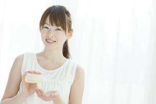 ローションを持つ若い女性の写真素材 [FYI01620718]
