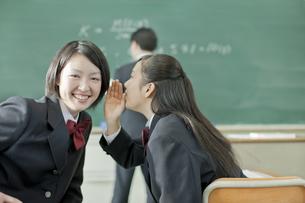 授業中内緒話をする女子校生の写真素材 [FYI01620719]