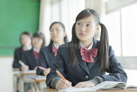 真剣に授業を受ける女子校生の写真素材 [FYI01620731]