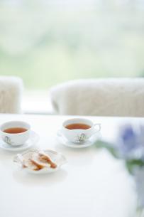 リビングに生けられた花と紅茶の写真素材 [FYI01620737]