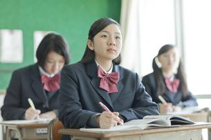 真剣に授業を受ける女子校生の写真素材 [FYI01620743]