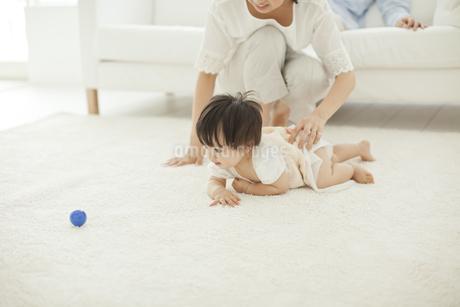 はいはいをする赤ちゃんを見守る母親の写真素材 [FYI01620749]