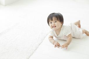 笑顔ではいはいをする赤ちゃんの写真素材 [FYI01620754]