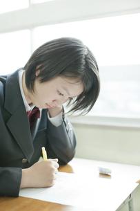 テストを受ける女子校生の写真素材 [FYI01620761]