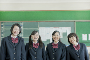 並んで立つ笑顔の女子校生の写真素材 [FYI01620763]