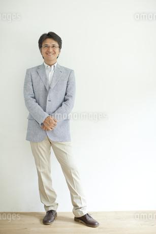 壁の前に立つミドル男性の写真素材 [FYI01620768]