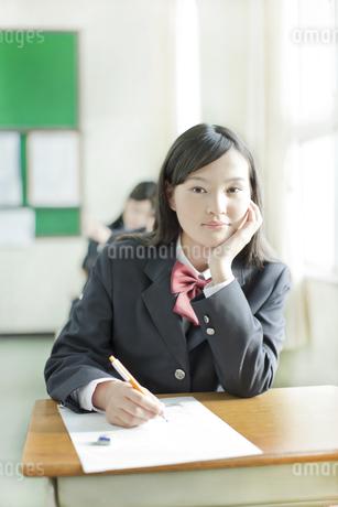 テストを受ける女子校生の写真素材 [FYI01620792]
