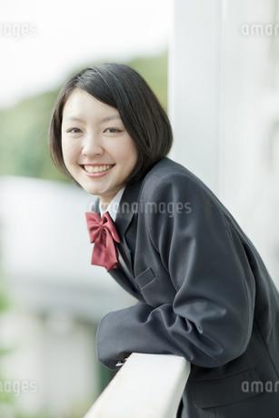 バルコニーで微笑む女子校生の写真素材 [FYI01620798]