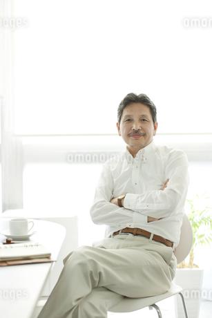 椅子に座るシニア男性の写真素材 [FYI01620799]