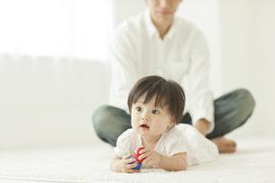 ボールを持ち遊ぶ赤ちゃんの写真素材 [FYI01620804]