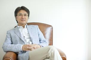 ソファーに座るミドル男性の写真素材 [FYI01620806]
