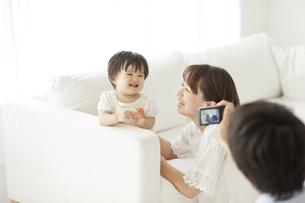 赤ちゃんと母親を撮影する父親の写真素材 [FYI01620809]