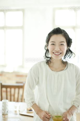 ハーブティーを飲みやさしい表情の若い女性の写真素材 [FYI01620834]
