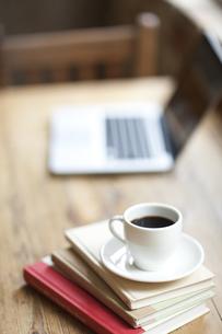 テーブルに置かれた本とコーヒーとパソコンの写真素材 [FYI01620838]