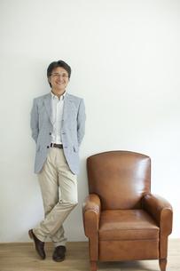 ソファーの横に立つミドル男性の写真素材 [FYI01620849]