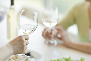 ワインを飲む2人の女性の手の写真素材 [FYI01620872]