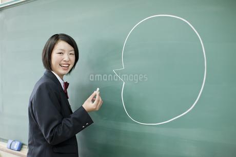 黒板に落書きして笑う女子高校生の写真素材 [FYI01620873]