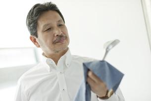 ゴルフクラブを磨くシニア男性の写真素材 [FYI01620875]