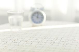 テーブルに置かれた時計と水の写真素材 [FYI01620885]