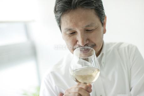 ワイングラスを持つシニア男性の写真素材 [FYI01620901]