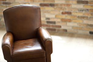 部屋におかれた革張りソファーの写真素材 [FYI01620903]