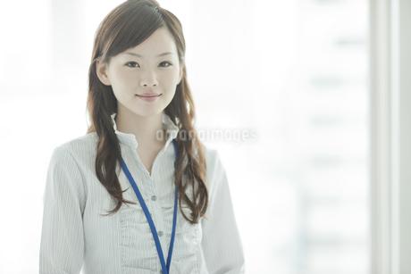 笑顔で立つビジネスウーマンの写真素材 [FYI01620906]