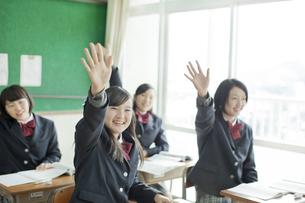 手を挙げる女子校生の写真素材 [FYI01620909]