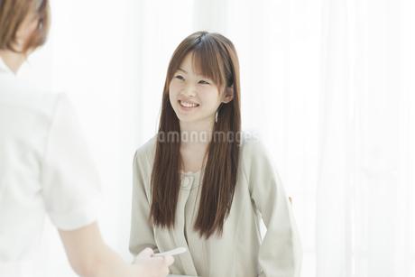 エステサロンでカウンセリングを受ける若い女性の写真素材 [FYI01620913]