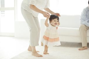 母親に支えてもらい歩く赤ちゃんの写真素材 [FYI01620914]