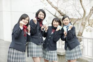 ガッツポーズをして喜ぶ女子校生の写真素材 [FYI01620915]