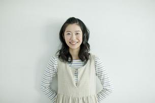 笑顔の若い女性の写真素材 [FYI01620919]