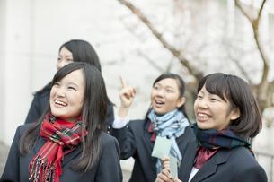 合格発表で番号を見つけて喜ぶ女子校生の写真素材 [FYI01620921]