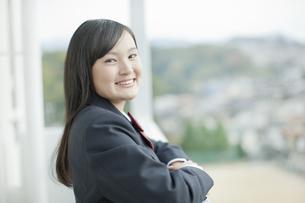 バルコニーで微笑む女子校生の写真素材 [FYI01620929]