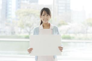 ホワイトボードを持つ笑顔の看護士の写真素材 [FYI01620941]