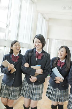 並んで廊下を歩く笑顔の女子校生の写真素材 [FYI01620943]