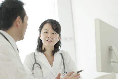 パソコンの前で話す2人の医師の写真素材 [FYI01620944]