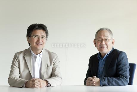 2人の日本人男性の写真素材 [FYI01620954]