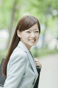 笑顔で振り向くビジネスウーマンの写真素材 [FYI01620967]