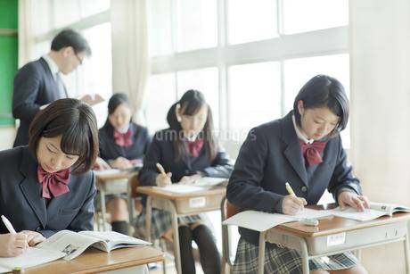 勉強を見て回る教師の写真素材 [FYI01620972]