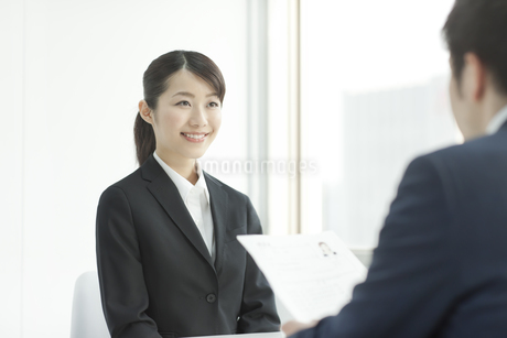 就職活動をする若い女性の写真素材 [FYI01620977]