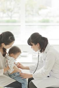 幼児に聴診器をあてる女性医師の写真素材 [FYI01620982]