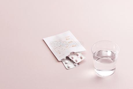 薬とお水の写真素材 [FYI01620984]