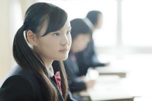 真剣に授業を受ける女子校生の写真素材 [FYI01620985]
