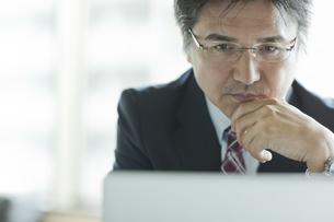 パソコンを見つめるビジネスマンの写真素材 [FYI01620992]