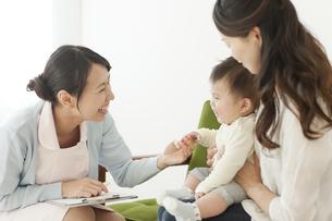 乳児をあやす看護師の写真素材 [FYI01620994]