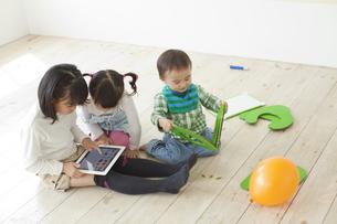 タブレットPCを操作する子どもたちの写真素材 [FYI01620995]