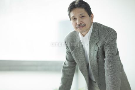 ジャケットを着たシニア男性の写真素材 [FYI01621003]